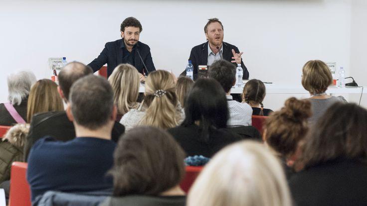 """Alla Mondadori di Milano (Duomo), con Alessandro Milan, per la presentazione de """"Il passato è una bestia feroce"""" (foto: Roberta Baria)."""