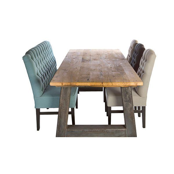 Het tafelblad wat gemaakt is gerecycled wagon eiken, van vloeren uit huisjes en kastelen die in Frankrijk en België staan.