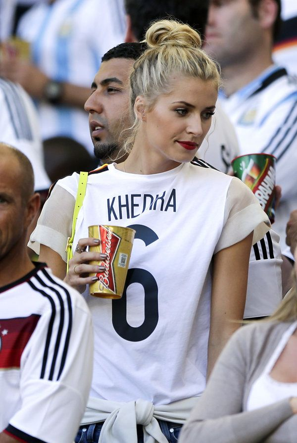 Lena Gercke, the girlfriend of Germany's Sami Khedira, waits for the start of the World Cup final soccer match between Germany and Argentina at the Maracana Stadium in Rio de Janeiro, Brazil, Sunday, July 13, 2014. (AP Photo/Matthias Schrader) | Brasil 2014: Las chicas más bellas del Mundial de Fútbol - Yahoo Deportes