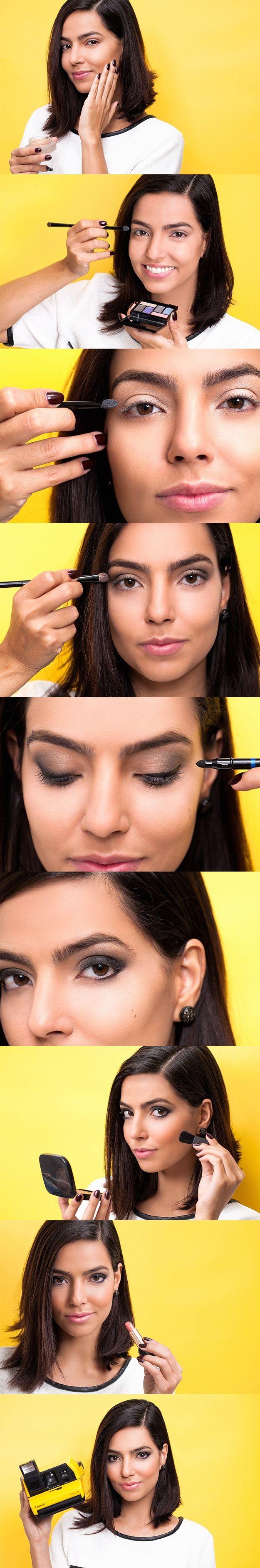 """A convite do """"Adoro Maquiagem"""", a maquiadora Bel Lüscher ensina a usar o verde acinzentado para modernizar o esfumado clássico. Você vai se surpreender com o resultado, que, adiantamos: é lindo!"""