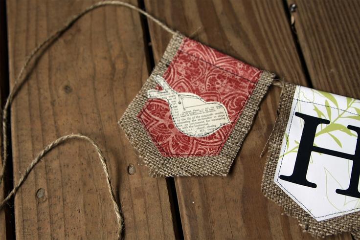 banderines de arpillera y retazos de tela.