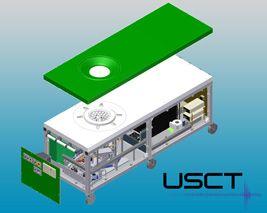 Aufbau des Ultraschall Computertomographen: Patientenliege mit USCT Apertur und Datenakquisitions-Hardware