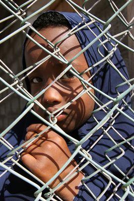 'Verjas incomprensibles - Un niño de Somalia, desplazado por los combates en la capital Mogadiscio, ahora vive en el campamento de refugiados de Kharaz, 140 km de la ciudad yemení de Aden. En su mirada se intuye una incomprensión por los injustos sucesos que le rodean e incentivan los niveles de pobreza e injusticia social (Foto: Philip Behan)