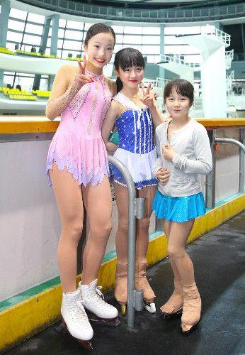 演技を終え、仲良く写真に収まる(左から)本田真凛、望結、紗来の3姉妹