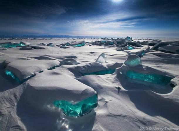 A Bajkál-tó és a csodás türkiz színű jég  A Bajkál-tó a világ legöregebb és legmélyebb állóvize,636 km hosszú és 25–79 km széles, átlagmélysége 730 méter. Itt található a világ édesvízkészletének egyötöde. A Bajkál-tó Dél-Szibériában, Oroszországban található. A tó és környéke 1996-óta a Világörökség része.  A téli évszakban be van fagyva a vize. Márciusba