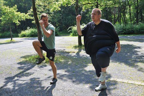"""240 Kilogramm. Selbst übergewichtige Menschen dürften Schwierigkeiten haben, sich vorzustellen, wie es sich mit einem solchen Gewicht lebt. Daniel Meinold aus Hattorf kennt das Gefühl. Und er hofft, die schwergewichtigen Zeiten endgültig hinter sich gelassen zu haben. Der 31-Jährige hat an der RTL-II-Dokureihe """"Extrem schwer – Mein Weg in ein neues Leben"""" teilgenommen. Seitdem ist er deutlich schlanker – und glücklicher, wie in der Folge am Dienstag, 12. Mai, zu sehen sein wird."""