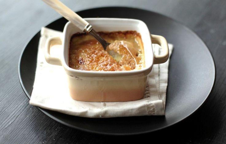 In una ciotola montare i tuorli con lo zucchero semolato. Sciogliere l'amido di mais con qualche cucchiaio di latte e unire alla crema di tuorli e allo...