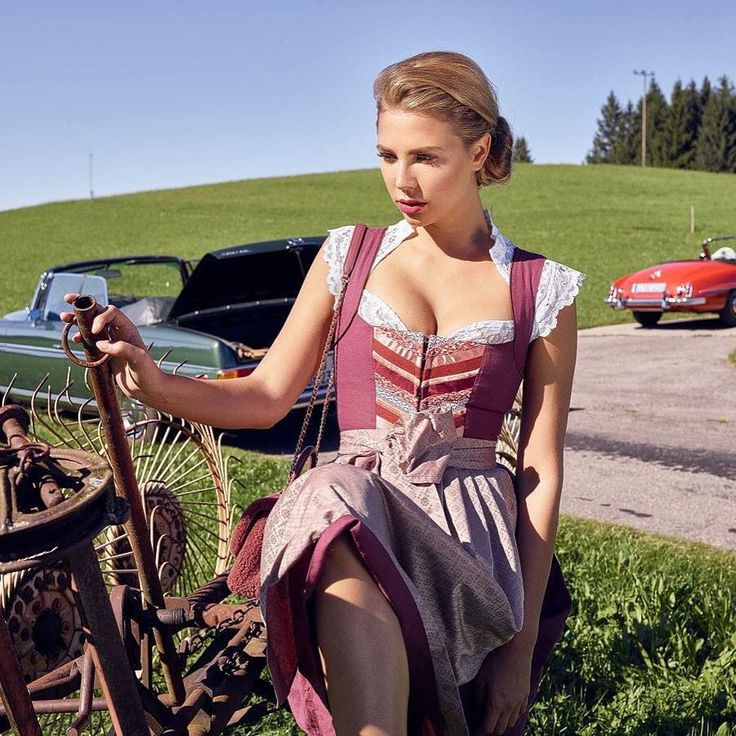 @mercedesbenz On the road in Daria kombiniert mit Spitzenbluse Silvie by Marcus Hofmann #cocovero #münchen #oldtimer #mercedes #tracht #mountains #classiccars #prettygirl #cocoverogirl #nicedress #styleoftheday #dirndl