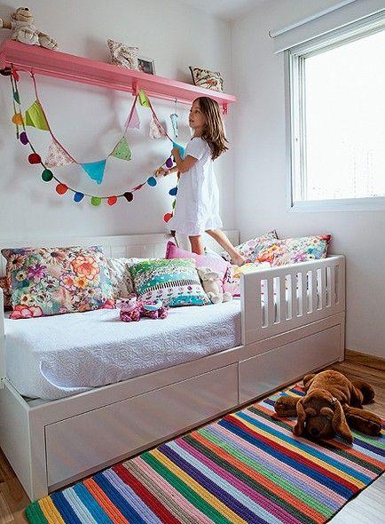 O tapete com listras divertidas enfeitam o quarto de Giovana, 6 anos, filha da designer de interiores Daniela Berland