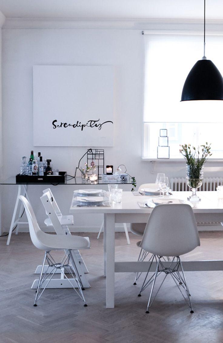 woonkamer met gezellig gedekte eettafel. Alles mooi wit voor een rustige strakke sfeer. Rolgordijnen verkrijgbaar bij Rolgordijnwinkel.nl