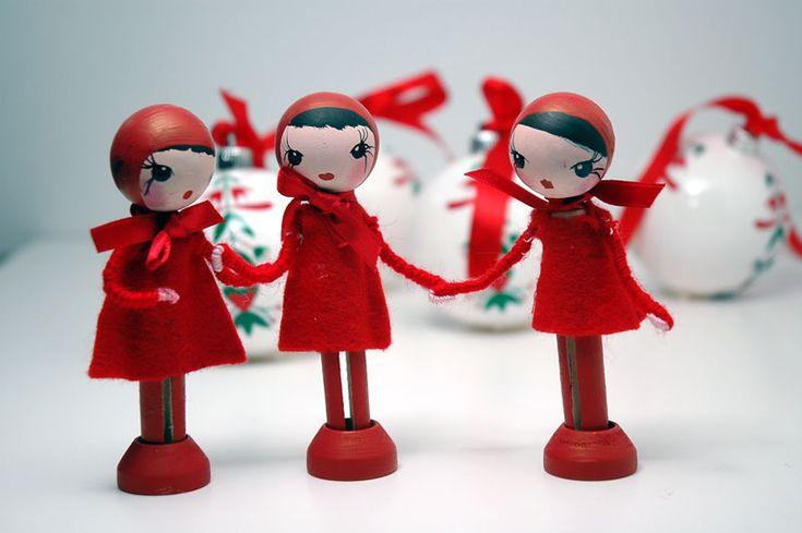 Duendecitas de Navidad por toda la casa ... debajo del árbol, en la cocina, en mi mesita de noche .... Este año quiero que mi casa esté llena de magia y qué mejor que las duendecitas vivan en ella durante estas fechas.  Si os gusta la idea y queréis un pedacito de magia navideña en vuestro hogar, en la tienda las encontraréis.   Olvidaba deciros que, como están pintadas y vestidas a mano, no existe una duendecita igual a la otra, son todas diferentes. :-))  ***