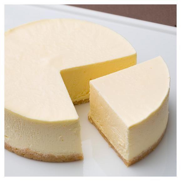 チーズのプロが厳選した酸味控えめでミルキーなオーストラリア産クリームチーズと、風味豊かな北海道産の牛乳、コクのある生クリームを使用。 濃厚なクリームチーズの風味を残しながら程よい甘さで、ふわっとムースのような口当たりの軽い食感がポイント。 土台はサクサクとしたミルククッキー生地。他では味わえない究極の逸品。 ※『究極のレアチーズケーキ』は冷凍商品の場合、原材料に卵を含むため商品名を『究極のレアチーズケーキⅡ』としています。 店頭で冷蔵販売している『究極のレアチーズケーキ』には卵を含みません。
