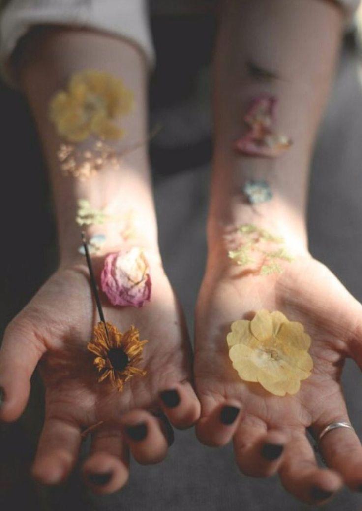 Фотография рук, цветы, чувственность