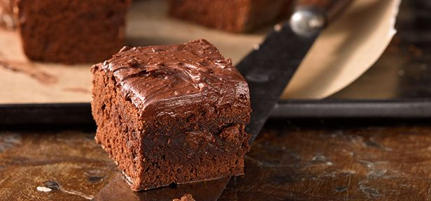 Besonders beliebt ist es, Brownies auf den Gipfel der Schokoladigkeit zu treiben, indem man sie mit fertigen Süßigkeiten und Schokoriegeln kombiniert.Köstlich!