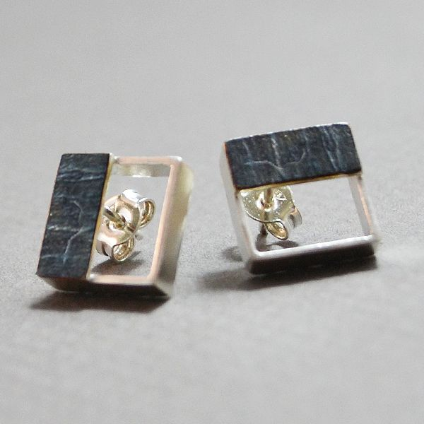 Small squares silver 925 earrings with a small silver plate with black platinum plated. Simple and elegant design for all occasions. The dimensions are 1x1 cm (0,4 x 0,4 inc) The clasps are silver 925.