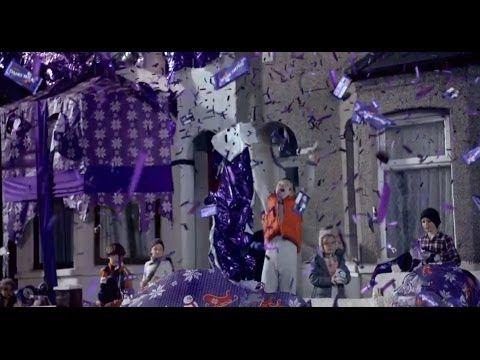 Campaña de Cadbury. Un #espot en el que las casas de un barrio amanecen envueltas de papel de regalo.
