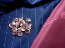 ロロ・ピアーナ タスマニアン    ロロ・ピアーナもゼニア同様  イタリアの一流服地メーカーです    エルメスなどレディースにも扱われてますから  女性にも知名度があると思います    このロロ・ピアーナが織り上げる服地の一つに  タスマニアンという生地があります    トヨタっさんがクラウンを作ったり  カローラを作るように    ロロ・ピアーナも色んな素材を織ってます  その中の一つ  タスマニアンという素材も作ってます    このタスマニアンは  夏物なのか秋物なのか冬物なの  笑  よく分からないような生地の厚みを持ってるので   一年を通じて着て頂ける面白い素材ですよ(~~>    ロロ・ピアーナが作る専用裏地もあり  今回はボルドーを選びスーツにします