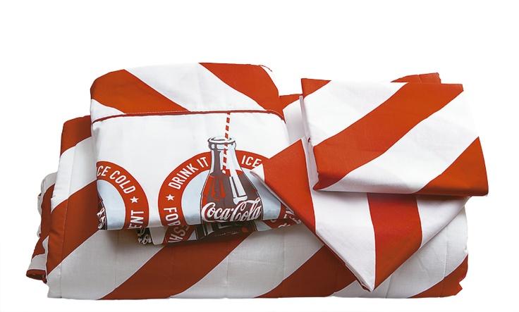 Qué mejor que un juego de cama con los clásicos colores de Coca-Cola.