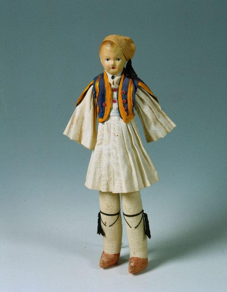 """""""Φουστανελάς"""", χειροποίητη υφασμάτινη κούκλα. Ελλάδα, 1ο μισό 20ου αιώνα. Συλλογή Πελοποννησιακού Λαογραφικού Ιδρύματος.  Handmade cloth doll in foustanella costume. Greece, 1st half of the 20th century. Collection Peloponnesian Folklore Foundation, Nafplion."""