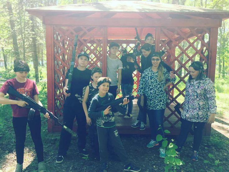 Лазертаг. Ребята готовятся охранять свою базу . #nextcamp #нашмиртеатр #лазертаг