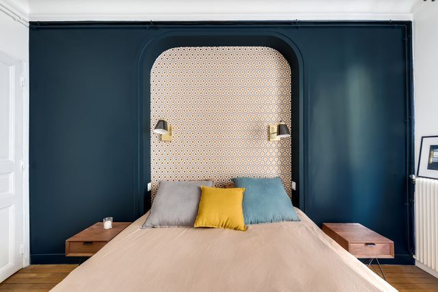 Un mur peint en bleu profond pour dynamiser la déco de chambre