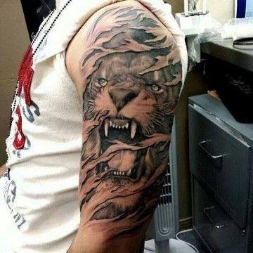 tatuajes de leones rugiendo en el brazo