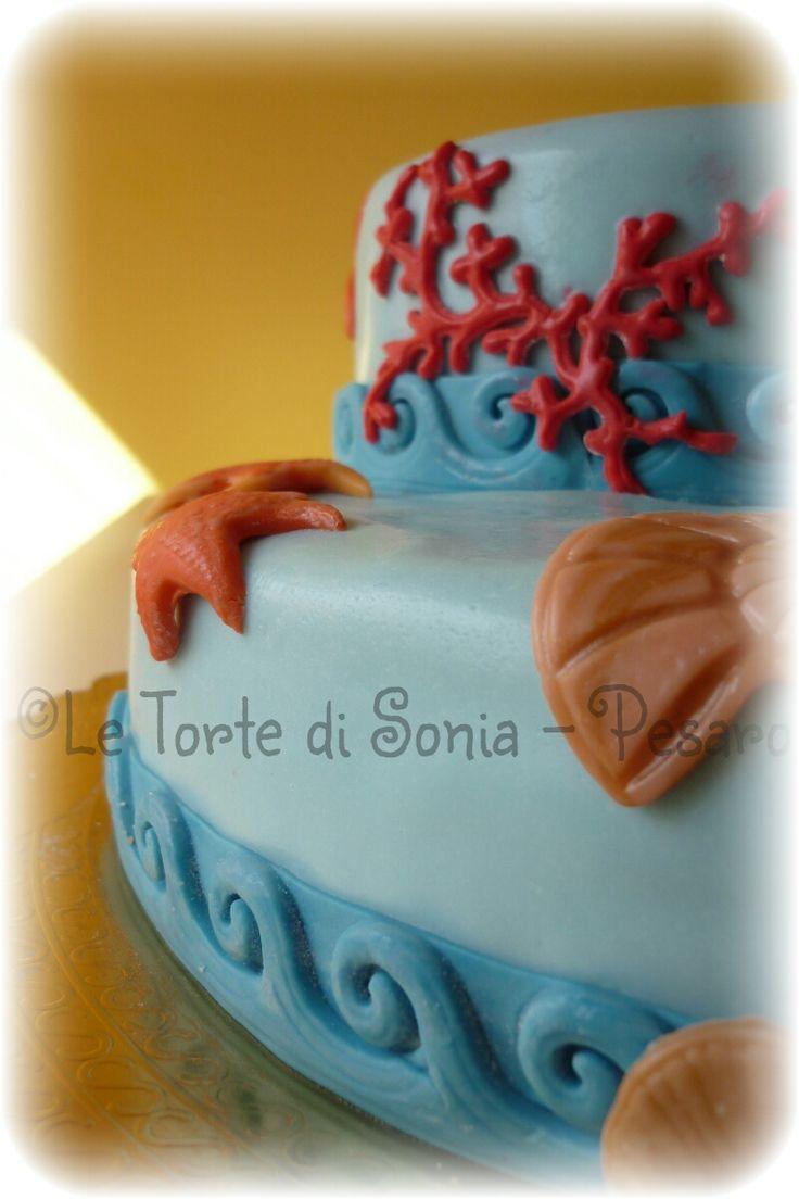 Mud cake al cioccolato fondente ricoperta di pasta di zucchero