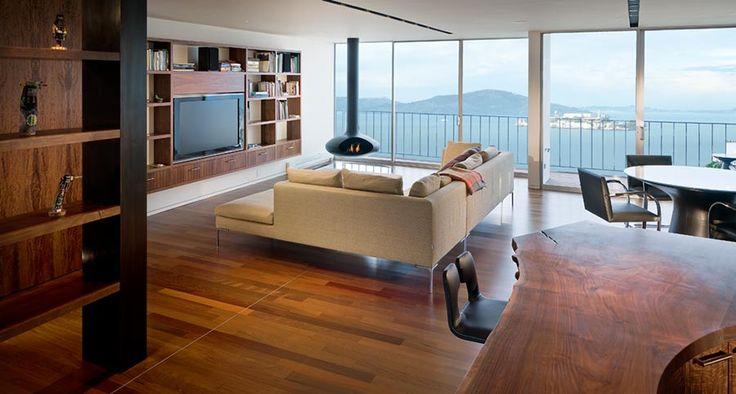 Телевизор встроен в настенный шкаф, который не занимает места на полу. Также парит в воздухе и стальной камин в стиле минимализма.