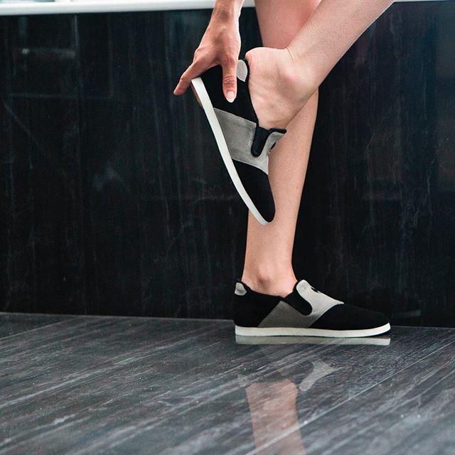 Nénufar, la seule chaussure d'intérieure, design et unisexe, qui vous garantie un confort optimal grâce à son cuir souple et sa semelle à mémoire de forme ☺️ ⠀  #nenufar #unisexe #indoorshoes #slippers #black #paris #brand