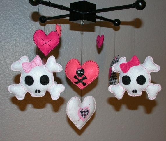Baby Girl Felt Skull & Heart Mobile par SleepyLittleLamb sur Etsy, $55,00