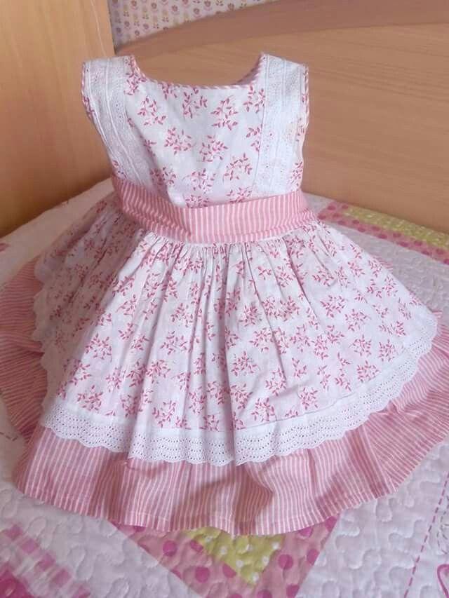 Vestido de niña estampado  en blanco y rosa,