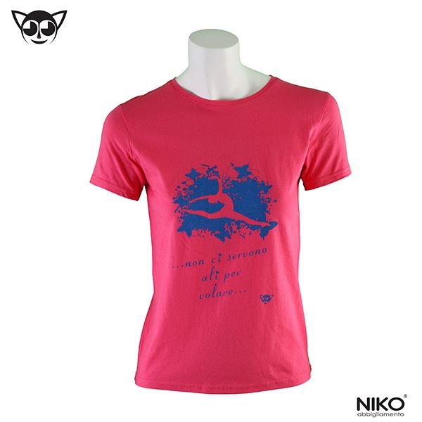 T-shirt rosa con stampa blu  100% cotone ring-spun prelavato e preristretto, simple jersey, bordino a costine sulla scollatura, impunture sul bordo delle maniche e sulla base, cuciture laterali Taglie: 4/5 anni, 6/7 anni, 8/9 anni, 10/12 anni, XS, S, M, L, XL Vedi la tabella taglie sul nostro sito www.nikostyle.it