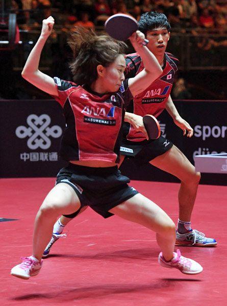 卓球の世界選手権・混合ダブルスでプレーする石川佳純(手前)=ドイツ・デュッセルドルフ