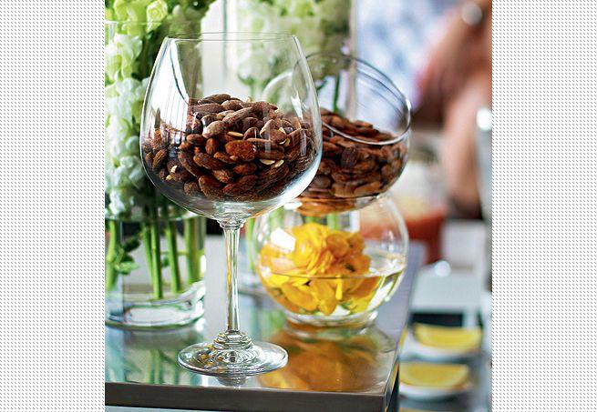 No aperitivo, as amêndoas foram parar na taça de vidro e em miniaquários, que receberam a dupla função de petisqueira e arranjo de flor