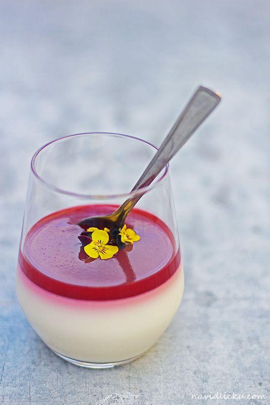 Raspberry Panna Cotta / Panna cotta s malinovým přelivem | Na vidličku food blog