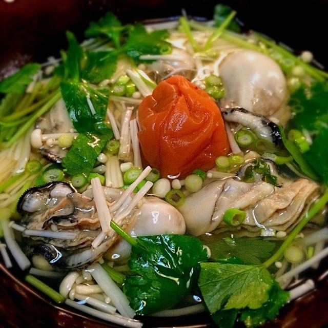 大好きなトミーWorldを味わいたく 地道に追っかけさせてもらってます! 牡蠣をお澄ましに入れるのは初めてでしたが、牡蠣がプルプル! 薄口スープと梅干が美味しくて、発熱していた娘もおかわりしてました! 三つ葉、エノキを追加させてもらいました〜 - 99件のもぐもぐ - 太田 Tommyさんの料理              牡蠣梅おすまし by 1125shino