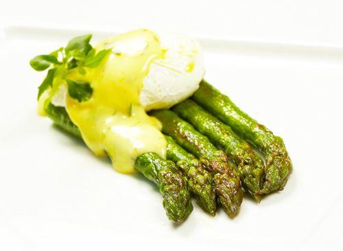 Zelený chřest s pošírovaným vejcem a Béarnaise omáčkou