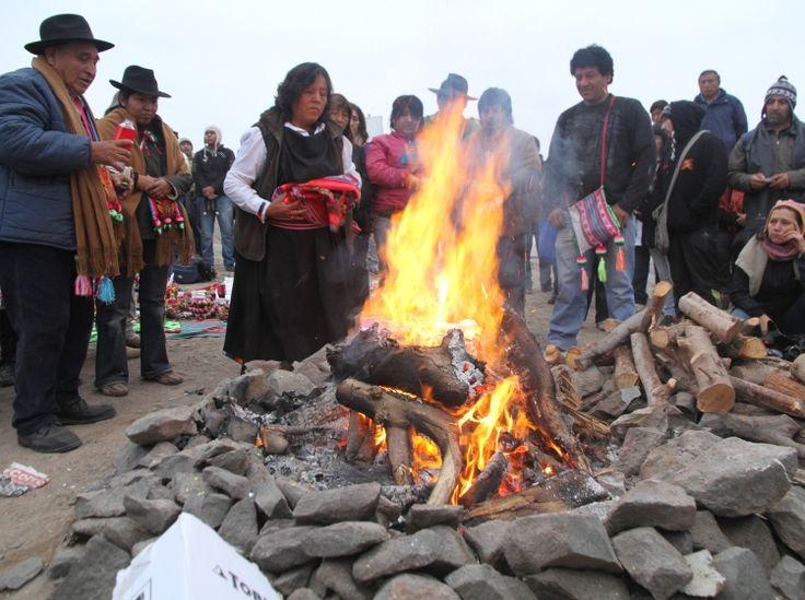 Machaq Mara: El año nuevo de la cultura Aymara.  El pasado 21 de junio se celebró con los primeros rayos del sol en el cerro Laka de Colchane en la Región de Tarapacá, la llegada del año 5.523 Con plegarias al Tata Inti (Padre Sol), agradecimientos por las cosechas entregadas y ovaciones a la pachamama (Madre Tierra) la comunidad Aymara de Cariquima, celebró con los primeros rayos de sol que golpearon el cerro Laka de Colchane, la llegada del año 5.523.