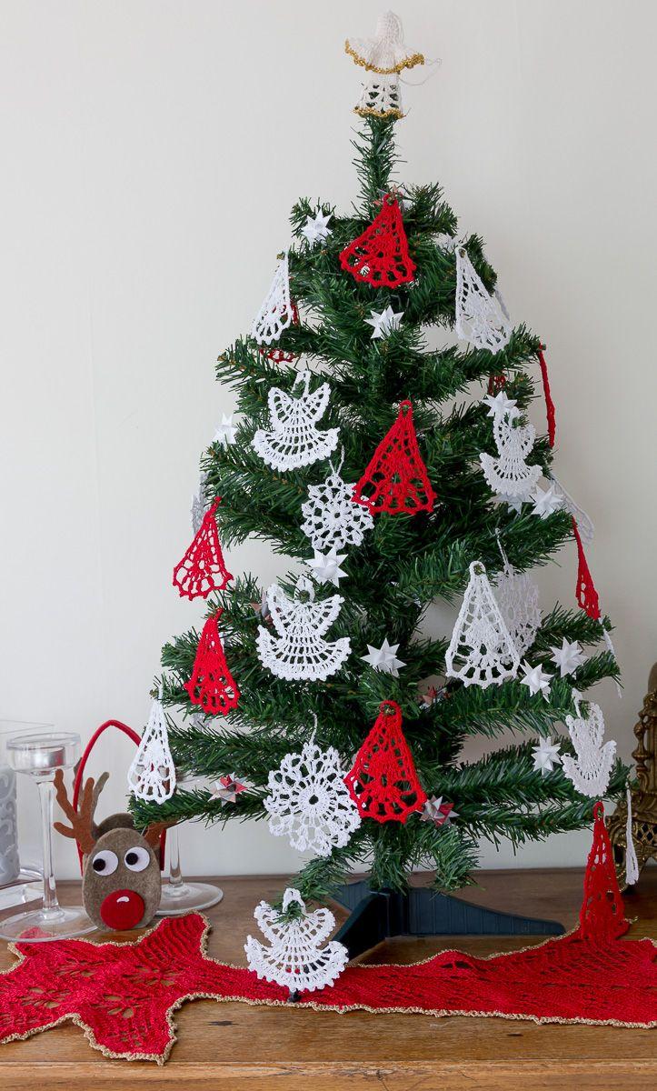 Bardzo tradycyjnie ubrane drzewko. Wszystkie ozdoby wykonane na szydełku.