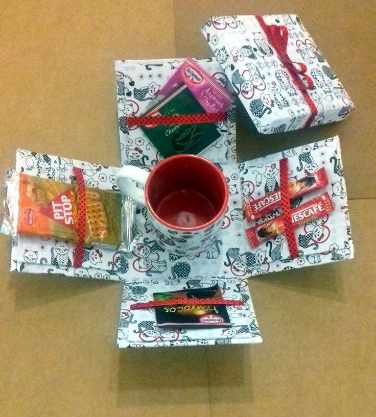 Linda caixa para presentear com deliciosos petiscos. Coloque sachês de chá, café, biscoitinhos, capuccino, chocolates, cookies e complemente com uma linda caneca. (Não acompanham a caixa).  Prazo de confecção 5 dias úteis.  Pode ser personalizado.