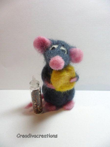 Naaldvilten rat met stukje kaas en kruiden, naaldvilten miniatuur, schattige rat, vilten rat, vilten speelgoed