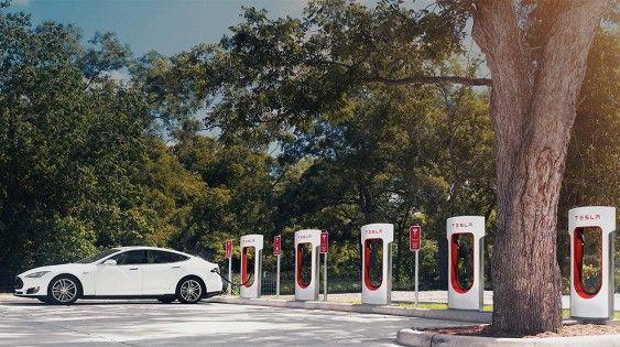 Tesla установит зарядные станции для электрокаров в домах своих клиентов - http://amsrus.ru/2017/08/17/tesla-ustanovit-zaryadnye-stantsii-dlya-elektrokarov-v-domah-svoih-klientov/