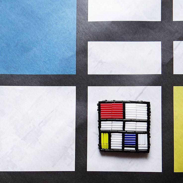 """Броши по творчеству художника продолжаются🎨 на этот раз Пит Мондриан и его """"композиция в красном, желтом и синем цветах"""" для всех любителей абстракционизма 🆕в наличии 4,5 * 4,5🆕 ________________________________________ #chi_fshn #omsk #omsk55 #accessories #brooches #broochhandmade #brooch #abstract #abstractart #mondrian #pitmondrian #blackandwhite #black #red #blue #yellow #омск #аксессуары #аксессуарыназаказ #брошь #брошьизбисера #брошивомске #стеклярус #питмондриан #мондриан…"""
