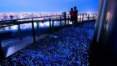 大阪でデートするならここで決まり 新梅田シティの中核のひとつ梅田スカイビルの空中庭園展望台にはまるで星空を歩いているかのような青く光る道があります ここの雰囲気がとにかく素敵 ここからは大阪の夜景も眺められるので二人でロマンチックな時間を過ごすことができますよ tags[大阪府]