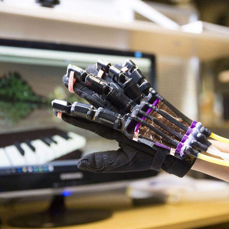 """Forscher der UC San Diego haben einen Roboterhandschuh entwickelt, mit dem sich Dinge aus der Virtual Reality """"greifbar"""" machen lassen. Der Handschuh mit flexiblem Exoskelett verfügt über robotische Muskeln und wurde zum Teil mit einem 3D-Drucker hergestellt."""