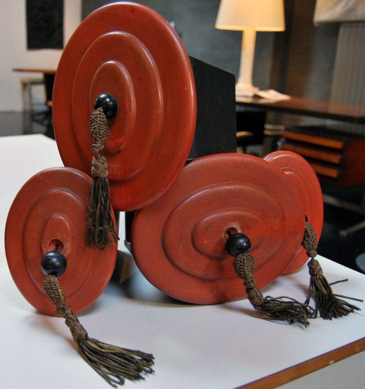 paul poiret objet personnel art d co meuble bout de canap tiroirs ronds pompons. Black Bedroom Furniture Sets. Home Design Ideas