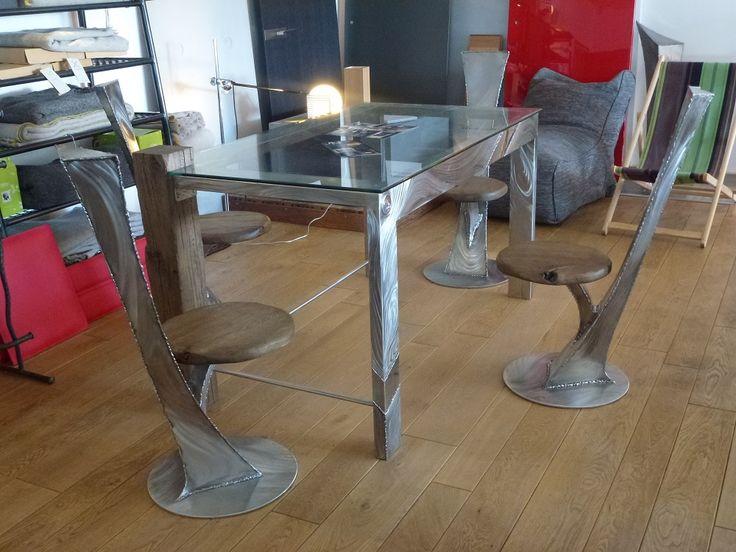 Table et chaises en acier inoxydable.Design contemporain.