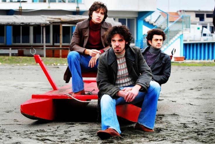 Alessandro Roja, Francesco Montanari e Vinicio Marchioni in una scena di gruppo del secondo episodio di Romanzo Criminale - La serie