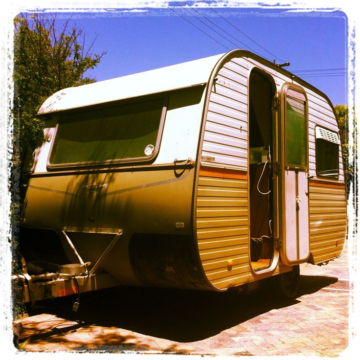 After many months of searching - the little caravan of my dreams is finally parked in our driveway. She comes from Moorreesburg. It is immediately clear that she needs a serious make-over....inside & out