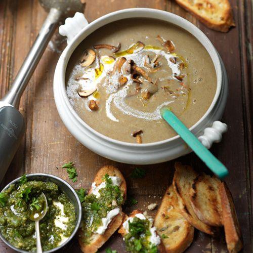 Deze maaltijdsoep met paddenstoelen maak je in een handomdraai. Serveer met walnotenpesto voor een lekkere bite!     1 Pel en halveer de uien, snijdze in dunne ringen en doe diemet 2 eetlepels olijfolie in depan. Verkruimel...